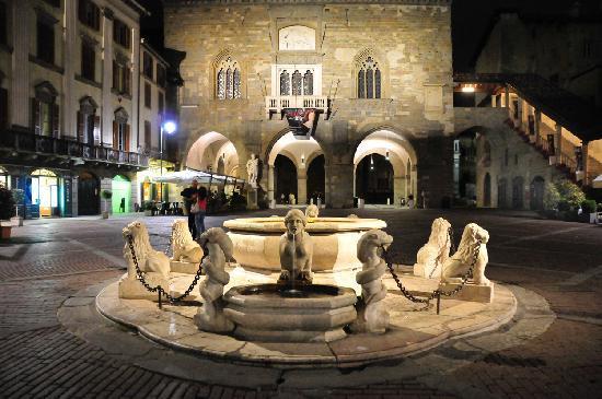Colleoni dell'Angelo Restaurant : piazzia vecchia at night