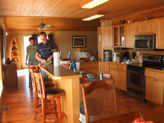 Can-U-Canoe Riverview Cabins: Spacious kitchen