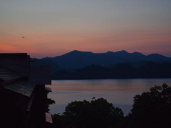 Towada Hotel : 部屋(新館)から見た夕暮れの十和田湖
