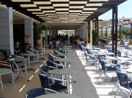 Zorbas Beach Hotel: Outdoor dining