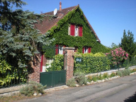 Les Jardins d'Helene: Les jardins d'Hélène côté rue Claude Monet