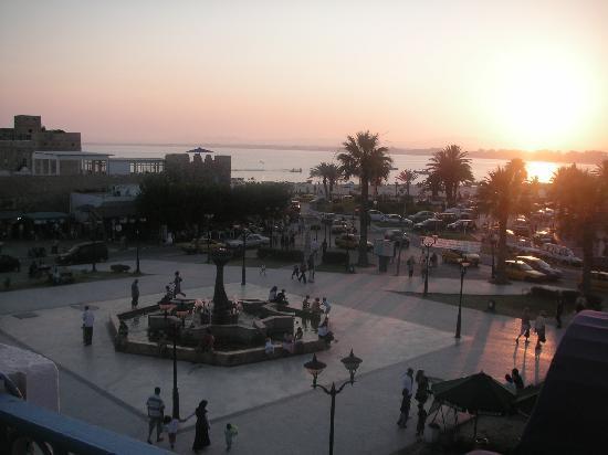 Hammamet, Tunus: Utsikten över gamla medinan och stranden ifrån restaurang Brauhaus