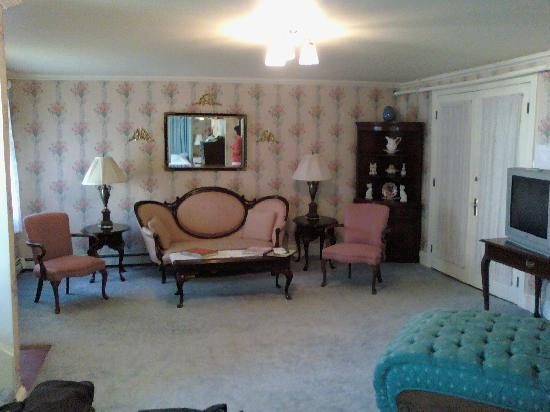 Wilbraham Mansion: There is a raised double jacuzzi off to the left. You can see the king bed in the mirror.