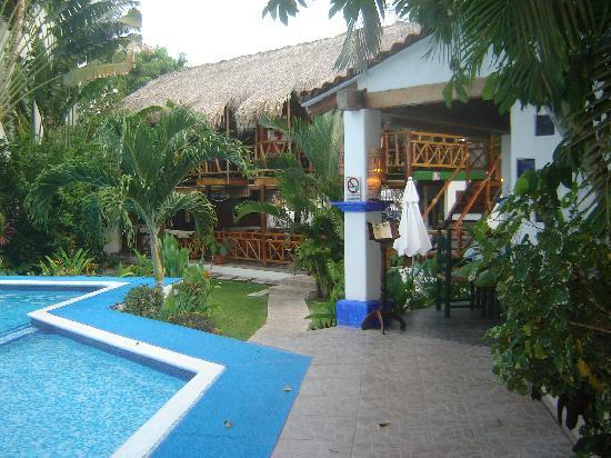 Best Western Posada Chahue: Pool and restaurant area