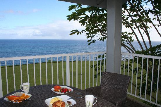 The Cliffs at Princeville: Breakfast on lanai