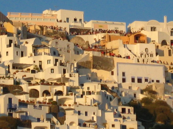 Old Oia Houses: Hoards of tourists arriving for the sunset, better seen from the boat :)