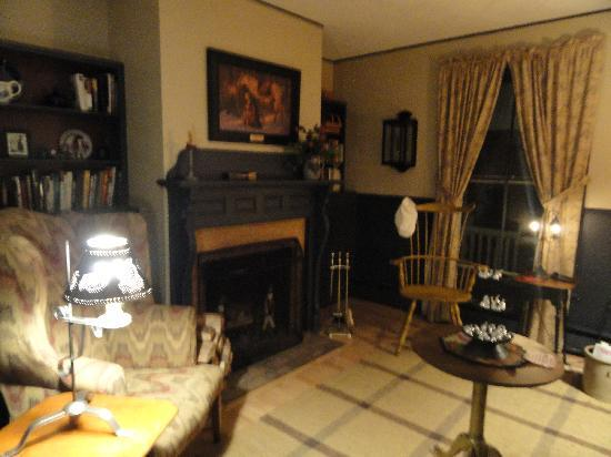 Timbercliffe Cottage Bed & Breakfast Inn: library