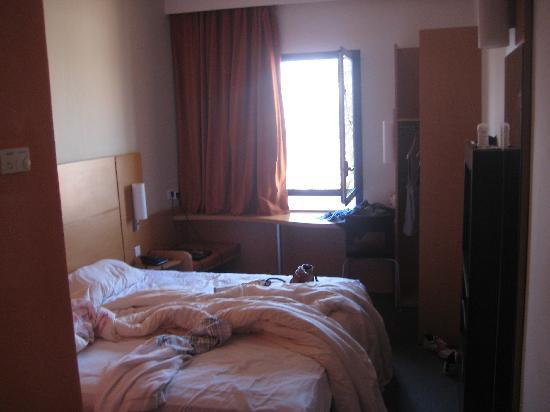 Ibis Marrakech Centre Gare: our room, small but compact - bit mesy!