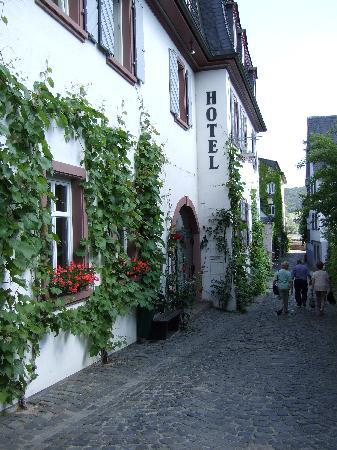 Breuer's Ruedesheimer Schloss: Hotel accessed via narrow, cobbled street