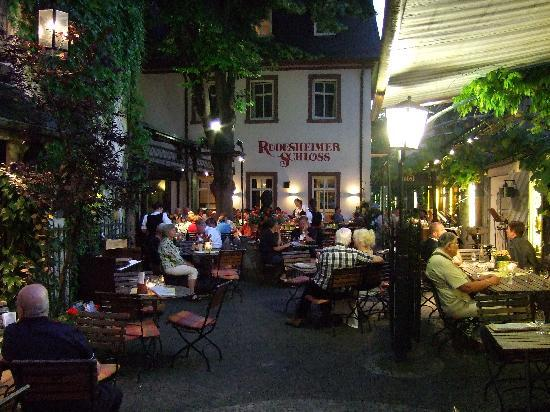 Breuer's Ruedesheimer Schloss : Dinner in the courtyard, band played all evening