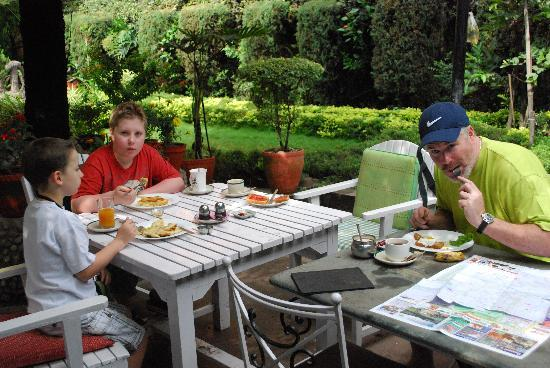 Hotel Ganesh Himal: Enjoying breakfast in the garden