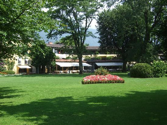Castello del Sole Beach Resort & SPA : Sicht aus dem Park auf das Restaurant und enen Teil des Hotels