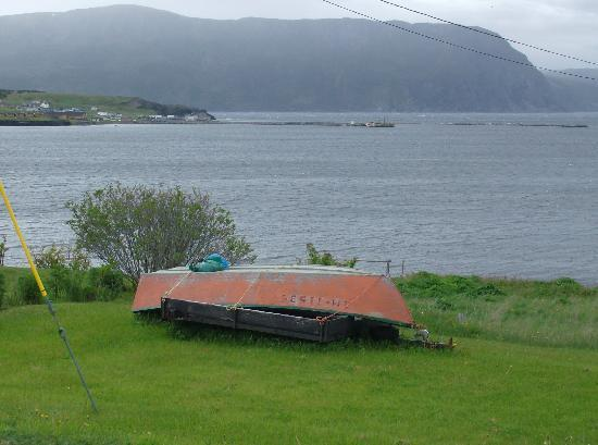 Rocky Harbour, แคนาดา: A typical Newfoundland dorry, orange with green trim. Something we learned from Jenn at GMWM