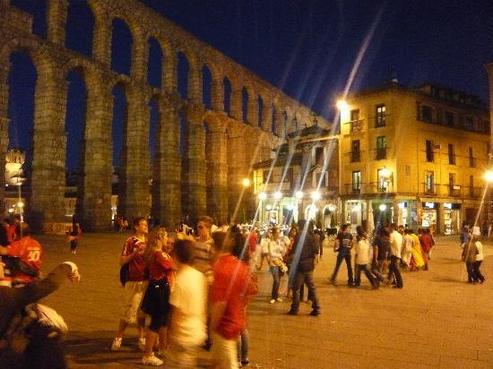 Aquädukt von Segovia: 夜のアソゲホ広場