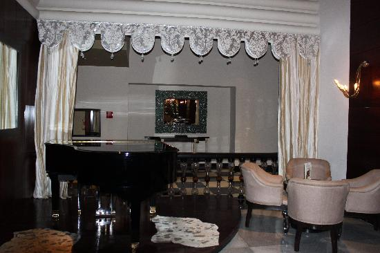 Iberostar Grand Hotel Rose Hall: Piano Room Lobby