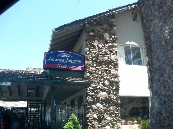 Howard Johnson South Lake Tahoe: entrance to hotel