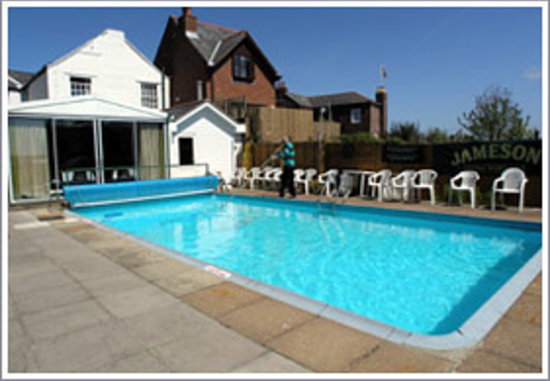 Каус, UK: swimming pool on the back of the hotel ;D