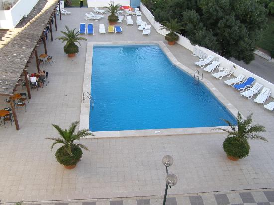 Janelas do Mar Apartments: View from room of the pool on the upper level