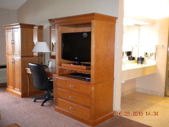 Best Western Plus Oak Harbor Hotel and Conference Center: desk, flat screen tv