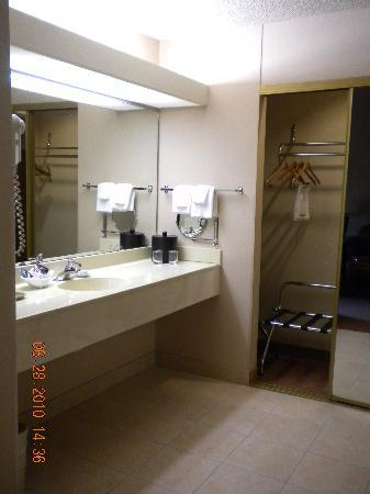 Best Western Plus Oak Harbor Hotel and Conference Center: vanity and mirrored door closet