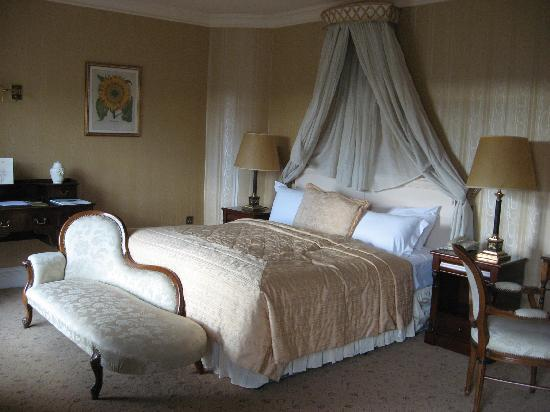 Hayfield Manor Hotel : a bed fit for royalty