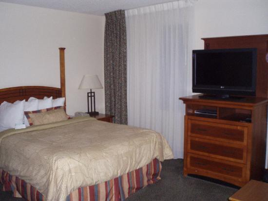 Staybridge Suites Indianapolis - Fishers: Bed and Entertainment Center