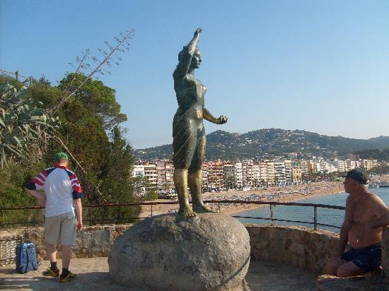 ALEGRIA San Juan Park: statue culminant la plage fesant honneur aux femmes de pecheurs