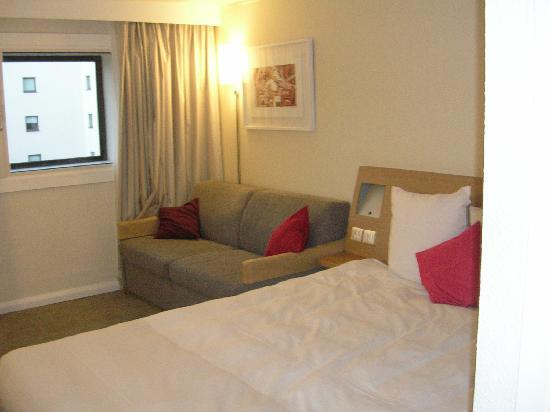 Novotel Birmingham Airport: double bed with sofa bed