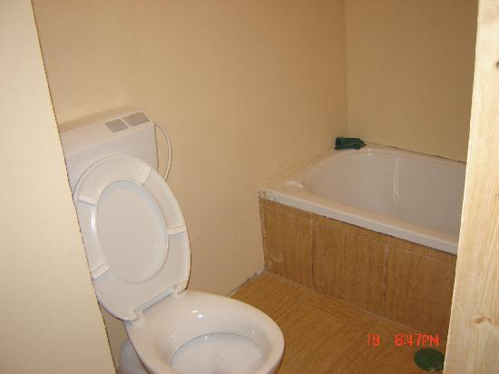 Petra Hotel & Hostel: Bathroom