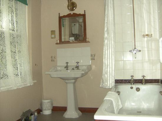 The George Hotel: our bathroom