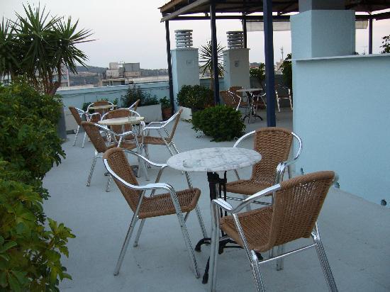 Economy Hotel: Le toit-terrasse aménagé (le bar était fermé lors de mon passage)