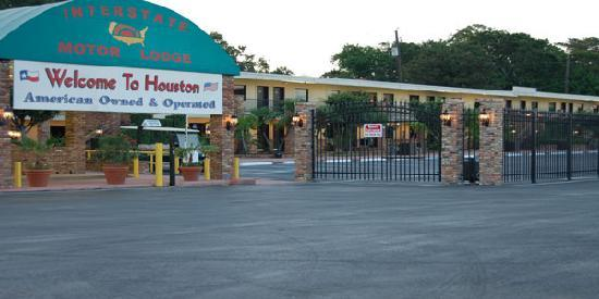 Interstate Motor Lodge : security gates