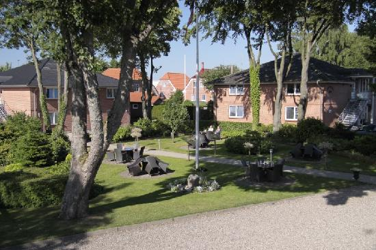 Agerskov Kro og Hotel: Rear Garden - nice place to sit and relax