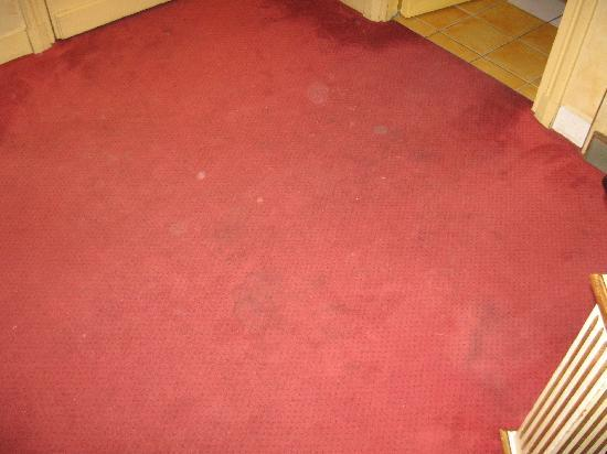 Villa Beaumarchais : The filthy carpet in our room