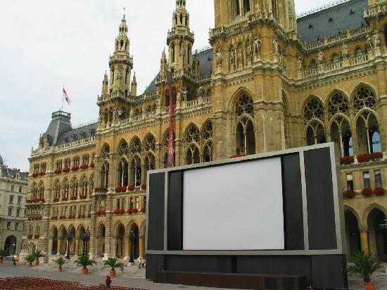 Wien, Österreich: Rathausplatz mit Leinwand