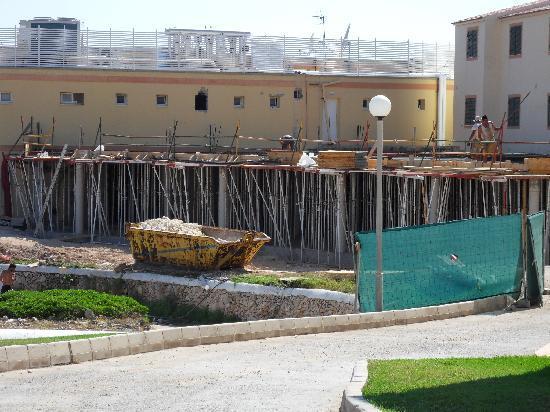 HYB Sea Club: building works behind apartments