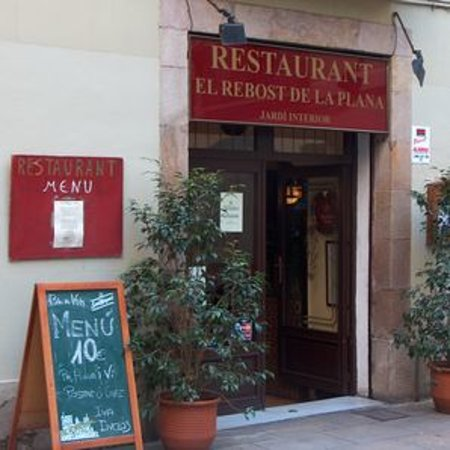 Restaurante El Rebost de la Plana: Entrance on small square where you can sit with a drink before eating