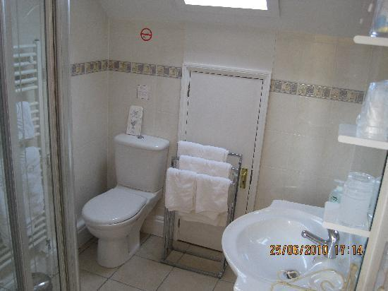 Villa Claudia: Private bathroom for the Family Room (well shower room)