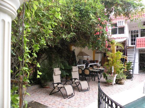 Loro de Oro Inn: Courtyard and BBQ