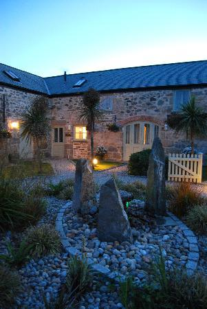 Gonwin Manor Cottages: evening view