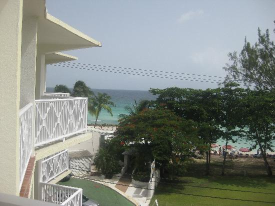 Southern Surf Beach Apartments: On the balcony looking towards Accra beach