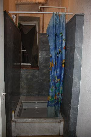 Heidi's Hostel: The disgusting shower.