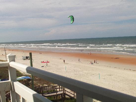 Symphony Beach Club: Balcony View of Kite Flying