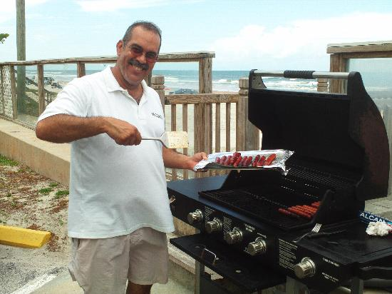 Symphony Beach Club: Frank Hosting the Cookout