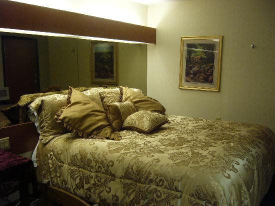 GuestHouse Inn & Suites Sutherlin: King Bed