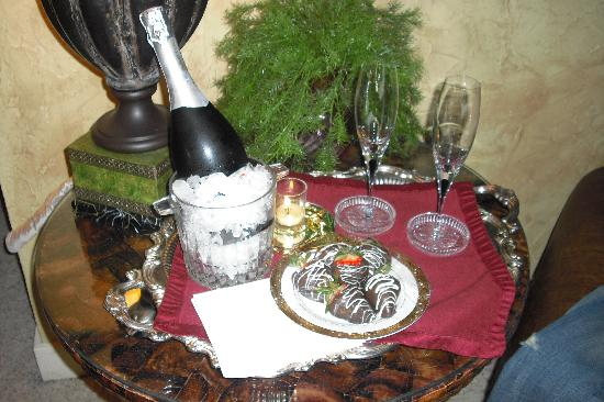 Steel Magnolia House Bed & Breakfast: Champagne and Chocolate Covered Strawberries