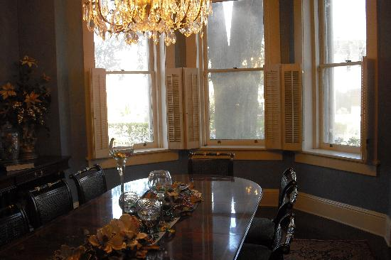 Steel Magnolia House Bed & Breakfast: Breakfast in Elegant Dining Room