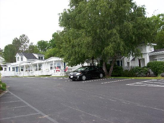 Glen Cove Inn & Suites: Looking in parking lot