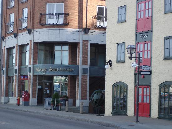Auberge Saint-Antoine: streetside view of hotel