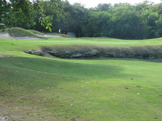 Playacar Golf Club : distinctive sandstone 'cenote'
